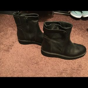 BRAND NEW VINCE EXTRALIGHT BOOTS